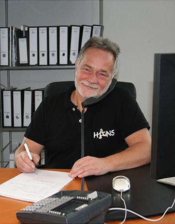 Kältetechnik Meister Jörg Hans am telefonieren